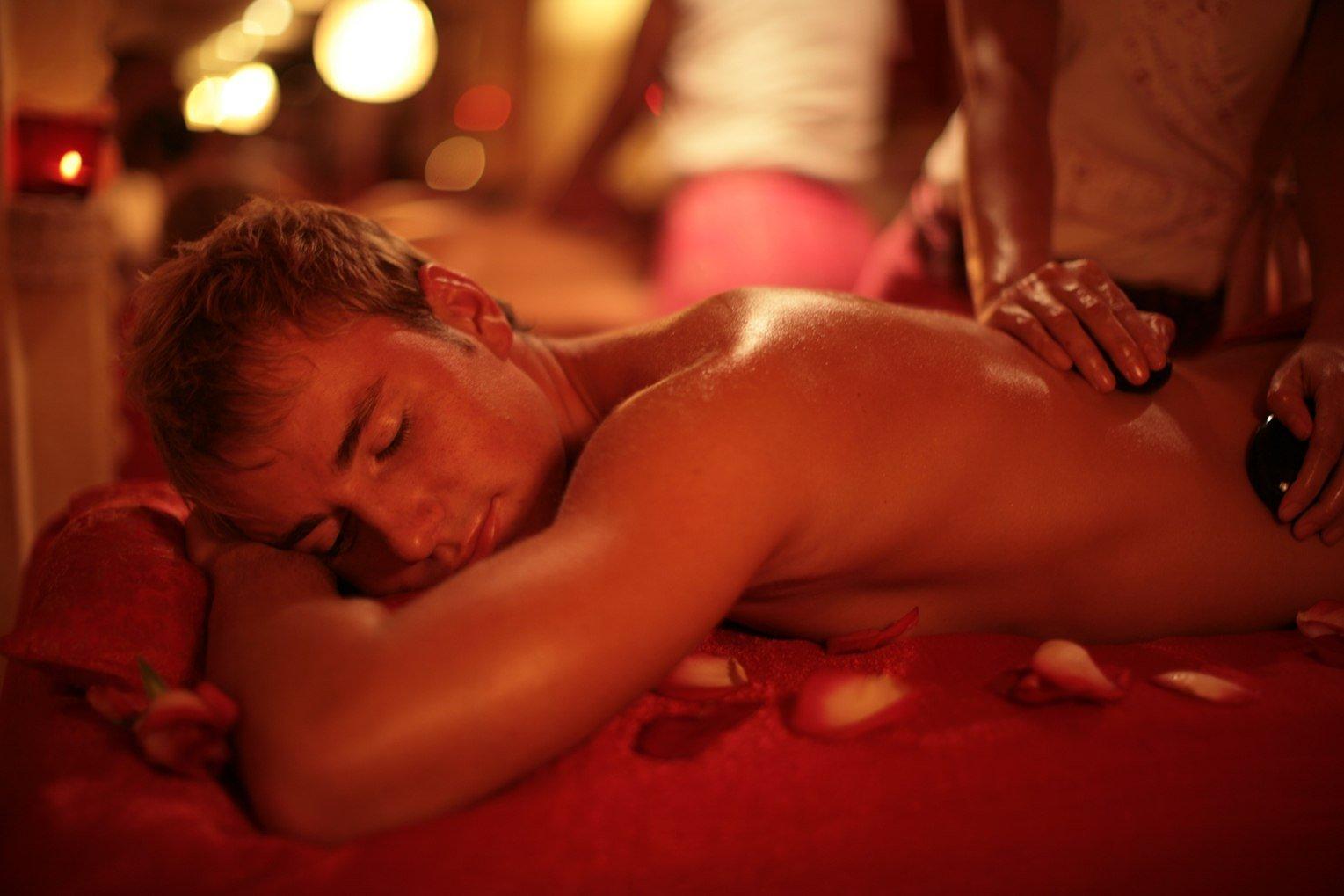 eroticheskiy-massazh-v-posteli-video