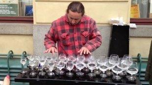 Видео дня: уличный музыкант играет на бокалах. И это волшебно!