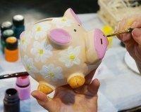 В Екатеринбурге можно будет купить авторские свинки-копилки от известных людей города