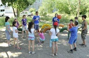 В Омске на детских дворовых площадках работают волонтеры
