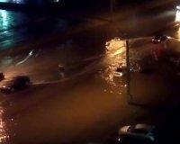 Во время грозы в Челябинске люди плавали по улицам на матрасе. ВИДЕО