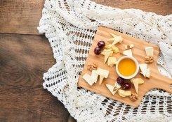 Тарелка сыровс медом и орехами