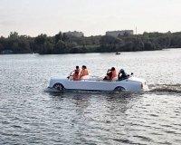 В Центральном парке Караганды замечен катер в виде Rolls-Royce.