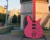 У водонапорной башни на Плотинке появилась пятиметровая гитара
