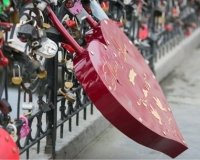 В Казани появилась «Стена любви» для свадебных замков