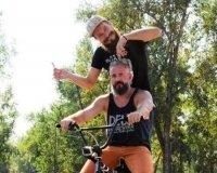 Красноярский парикмахер подстриг клиента во время езды на велосипеде