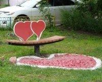 Во дворе Кировского района жители установили скамейку «любви и примирения»