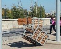 На Набережной Тукая сломались качели