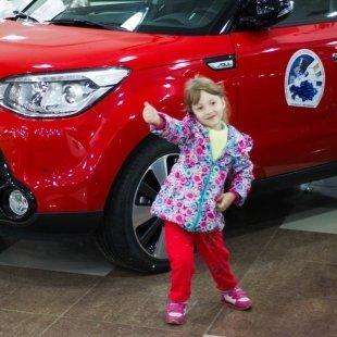 В Астане 4-летняя девочка снимает видеообзоры автомобилей для YouTube