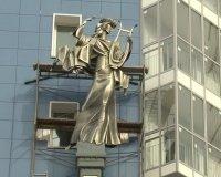 На доме в Красноярске появилась статуя древнегреческой музы танца