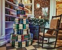 в «Комоде» установили самую «книжную» елку города.