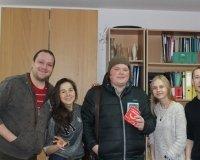 Редакция «Выбирай» запечатлелась с победителем розыгрыша Денисом Абрамовым