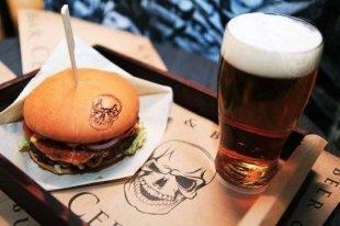 В ТРЦ «Авиапарк» открылся пивной бар Cernovar beer&burgers.