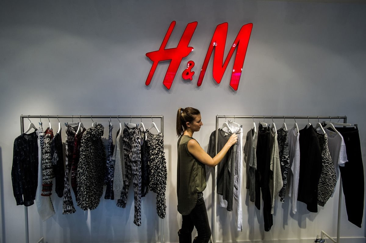 c0f17b583 H&M использует для рекламы известных моделей (Жизель Бюндхен, Кейт Мосс,  Карли Клосс, Саша Пивоварова и другие) и размещает рекламу в глянцевых  изданиях ...