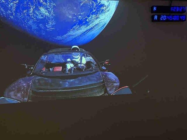 1-ый космический: электромобиль Tesla покорил космос иземлян