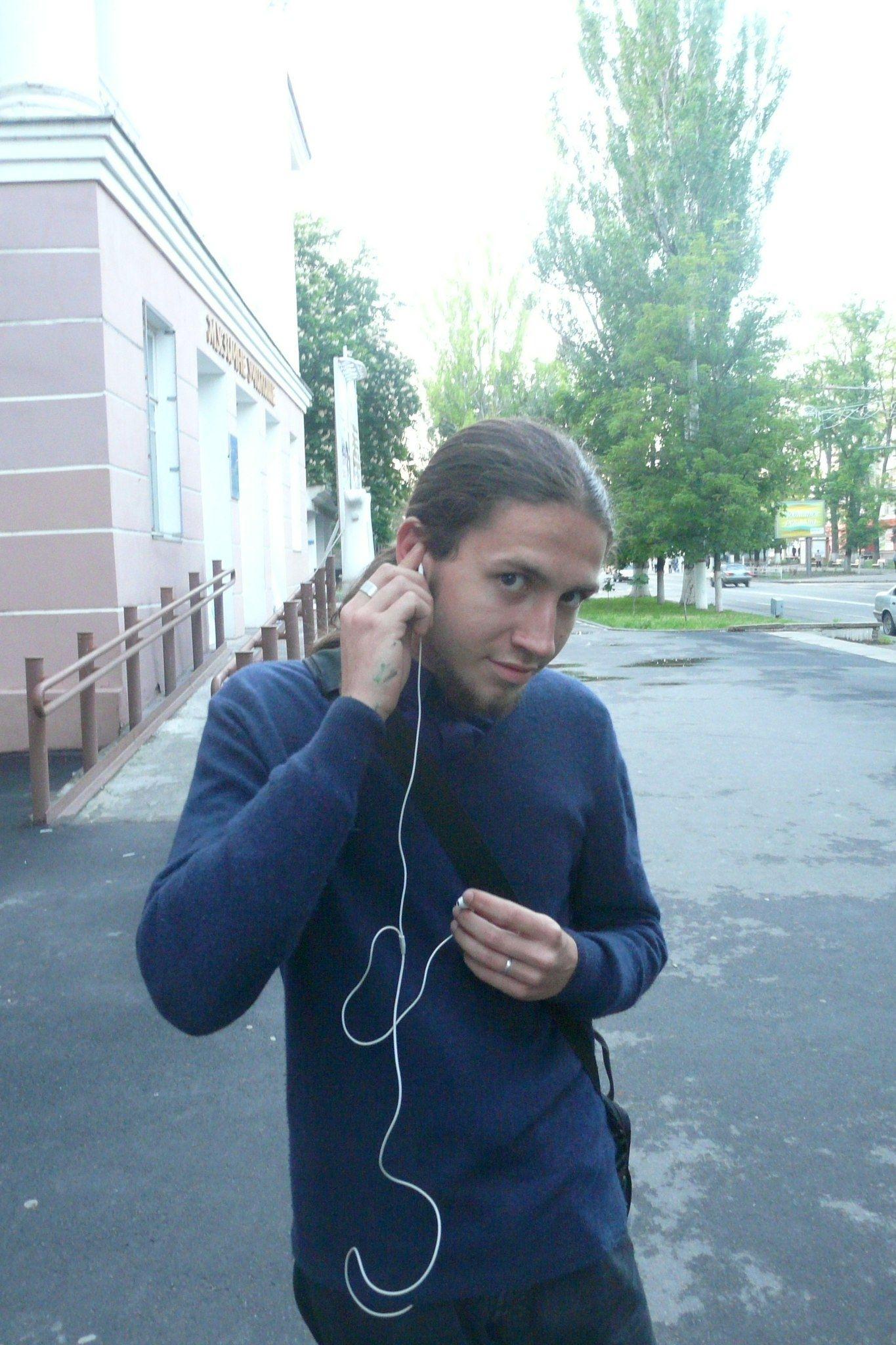 Игорь, 18 лет, музыкант. Сейчас играет: Силуэты - Лоботомия. Обычно слушаю хард-рок, хэви-метал, дет-метал. Из отечественного сл