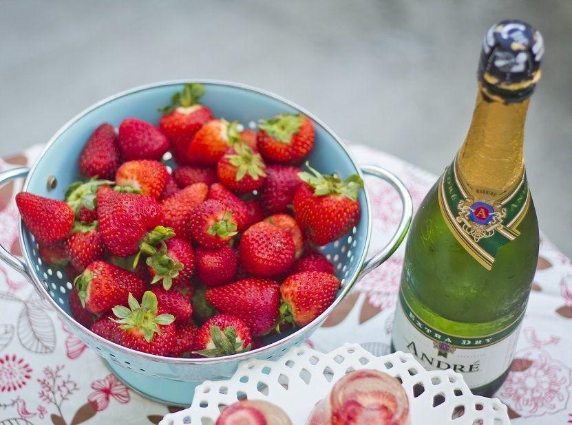 клубника шампанское и на ручки картинки светлый праздник