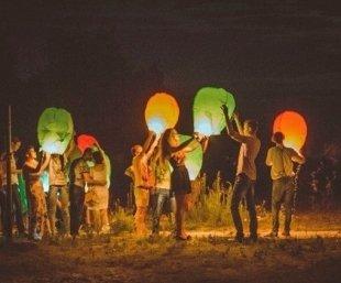 Каждую пятницу в GOA массово запускают небесные фонарики
