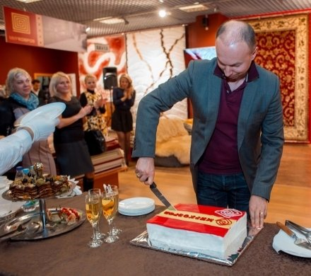 Салон «Мир ковров» в МЦ «Сити-мебель» торжественно отметил свой первый день рождения.