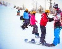В ГЛЦ «Райдер» проводят уроки катания на лыжах и сноуборде для школьников
