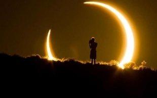 Дискеты, очки и сварочные маски: как россияне смотрели солнечное затмение