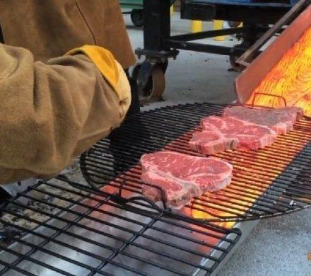 Видео дня: как жарить стейки на лаве