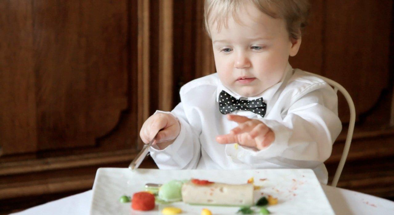 Ребенок поел своими руками