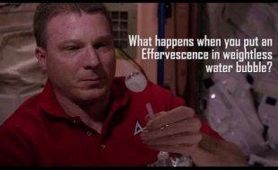 Видео дня: астронавты с МКС растворили в невесомости шипучую таблетку