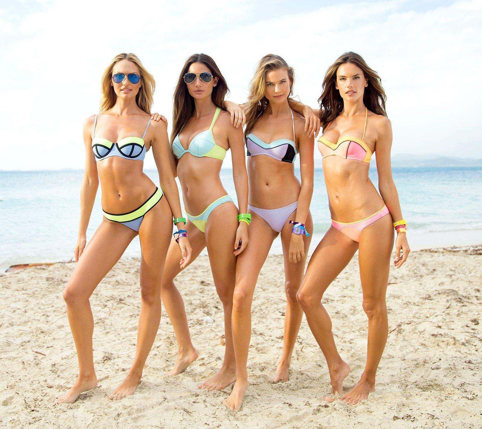 группа девушек на пляже когда лижут