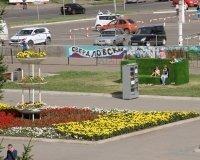 В Красноярске на площади Свердлова появился диван-газон
